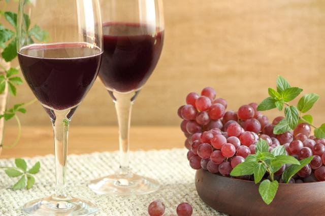 赤ワインを飲む