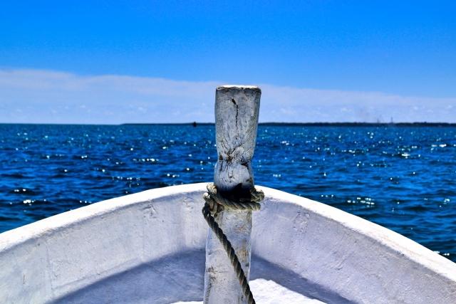 海に船が浮かぶ