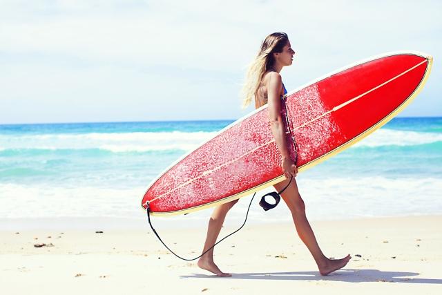 海でサーフィンをする