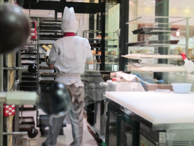 パン屋でパンを焼く