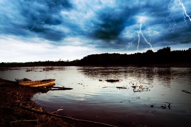 沼や池の側で洪水になる