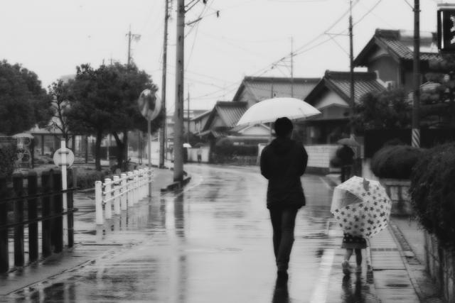 洪水の中を歩く