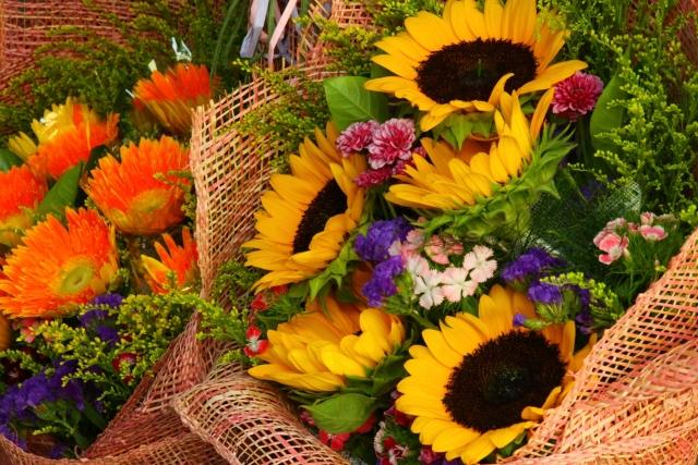 季節の花が並んでいる花屋