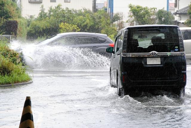 洪水から逃げる
