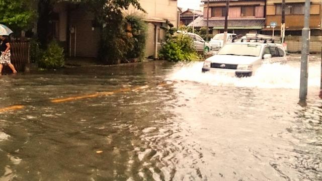 洪水で車が流される
