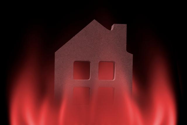 人の家を燃やす
