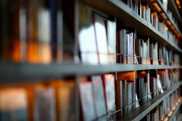 本棚に本がたくさん並んでいる