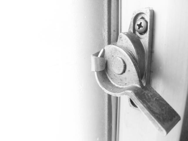 窓の鍵をかける