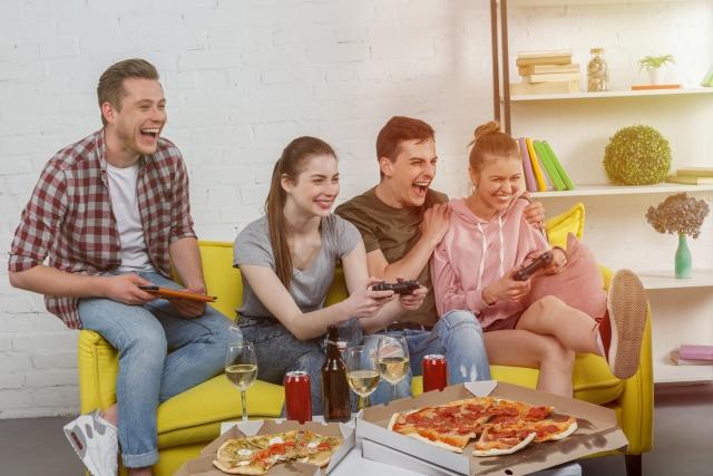 友達とテレビを見る