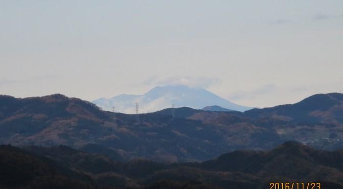 山頂の東屋から浅間山を見やすくした。