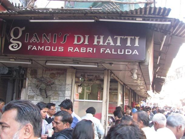 Giani's di Hatti & the crowd in front