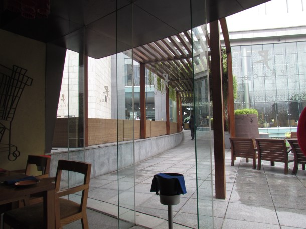 A view of the outside , while sitting in teh restaurant
