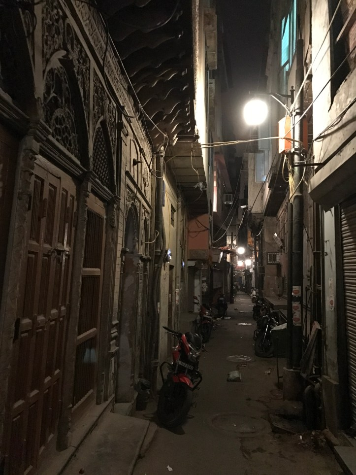 narrow gali leading to the haveli