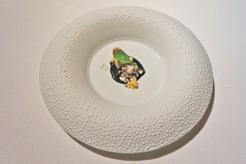 Sepia con lías de Sake y salsa de arroz negro. Menú Degustación Festival 2018 de El Celler de Can Roca.