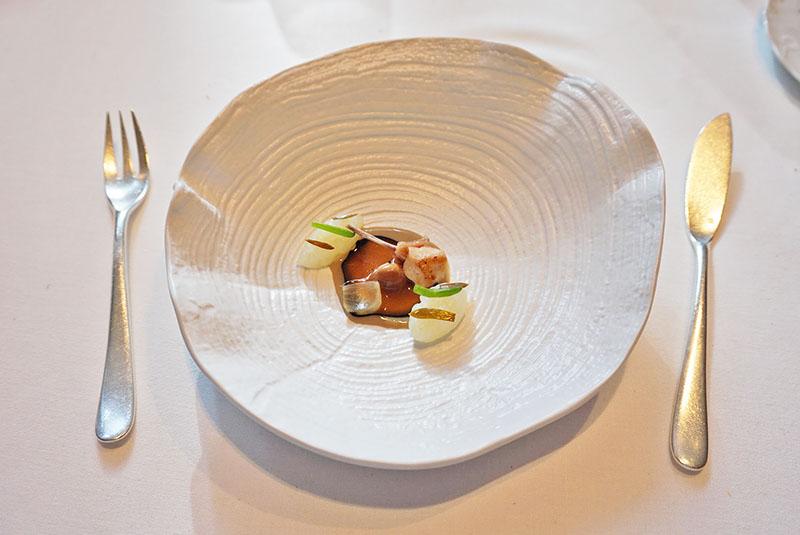 menu 2019 el celler de can roca Sepia a la brutesca con salsa de rostido de conejo.