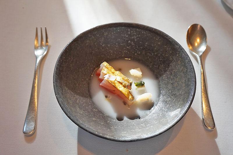 menu 2019 el celler de can roca Dorada dorada con leche de arroz y sake, tofu almendra tierna y lichi encurtido