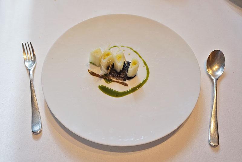 menu 2019 el celler de can roca Calçot con ceniza de sésamo negro y romesco oscuro