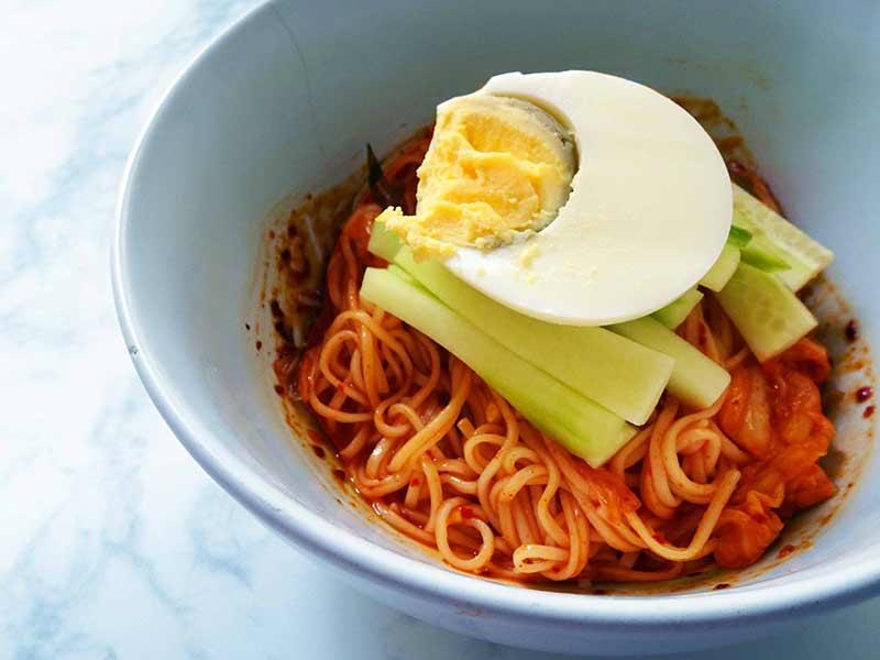 Plat de Bibimmyeons coréennes, nouilles froides au Kimchi