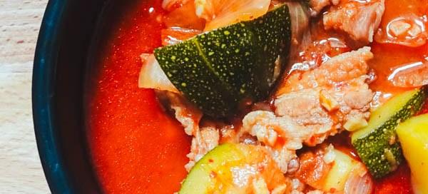 soupe épicée aux légumes et au porc, gochujangjjigae