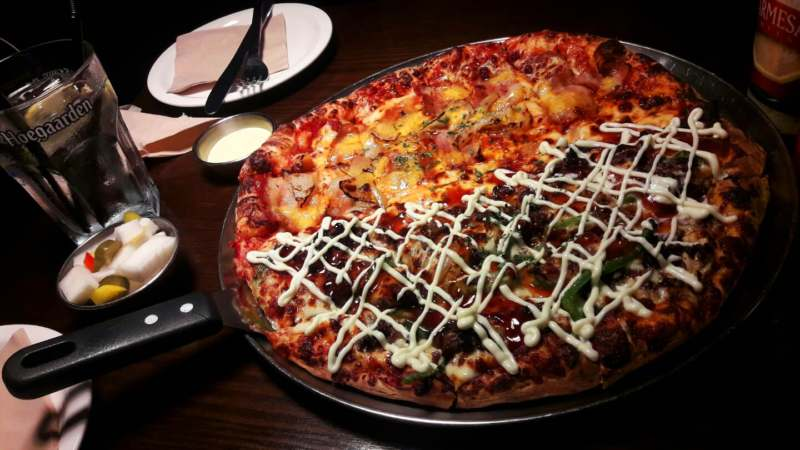 Pizza deux goût avec pickles chez The Pizza Boyz