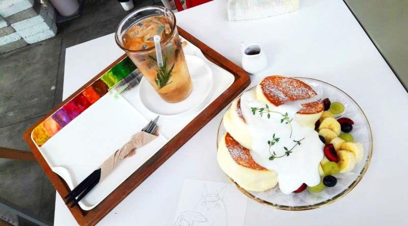 Pancakes soufflés avec aquarelle dans un café coréen Peachy Grey
