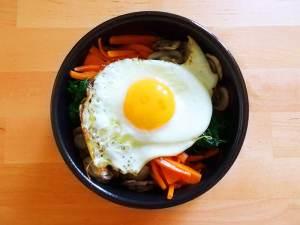 Bibimbap, plat coréen de riz et légumes coloré et healthy