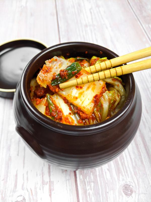 Kimchi pris dans des baguettes