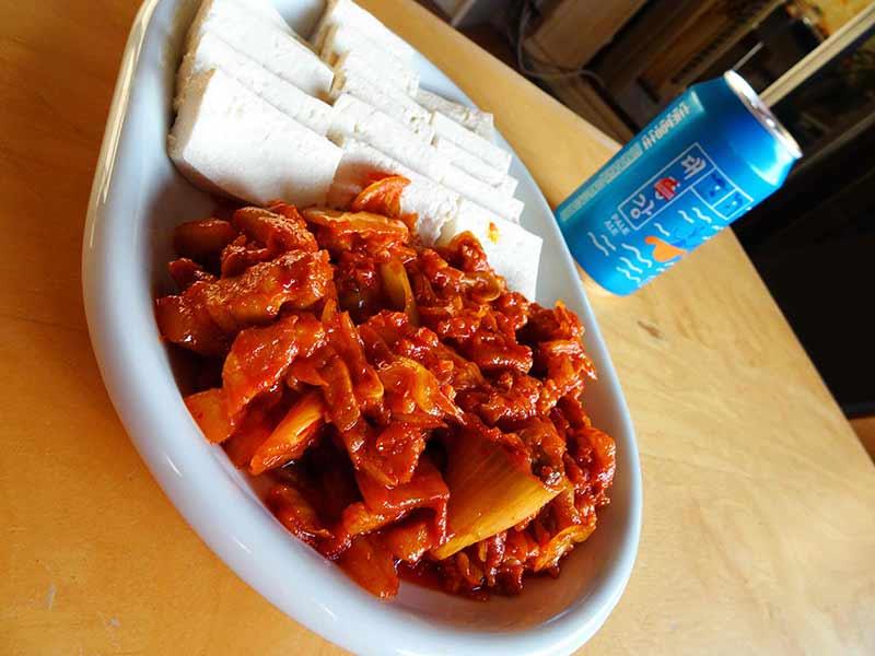 Dubu Kimchi ou tofu kimchi, recette coréenne de porc sauté au kimchi avec du tofu