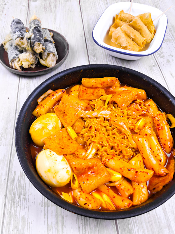 exemple de repas bunsik, avec des tteokbokkis, des kimmali et du eomuktang