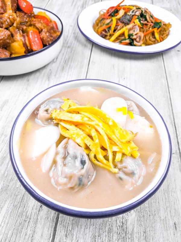 tteok mandu guk soupe de gateau de riz et ravioli