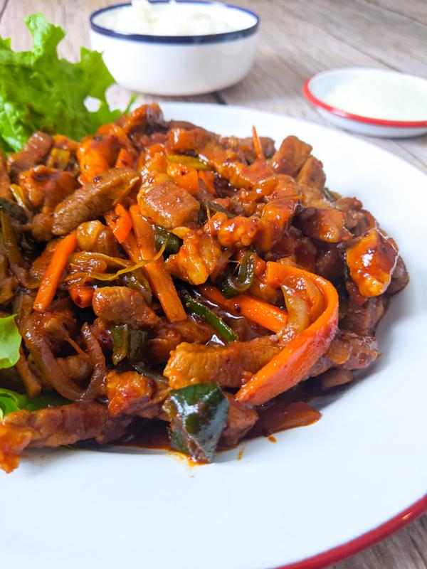 jeyuk bokkeum porc sauté pimenté en gros plan