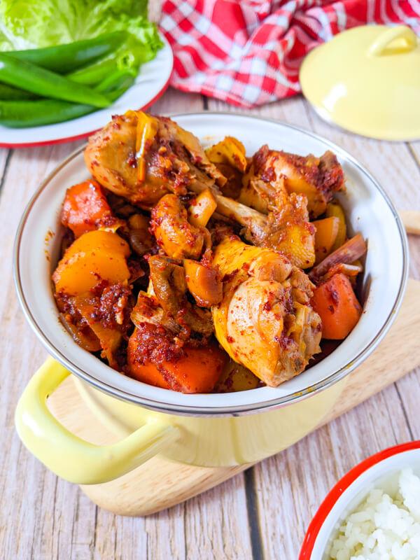 dadoritang ou dakbokkeumtang corée, ragout de poulet épicé