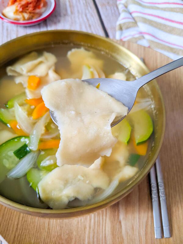 sujebi, soupe de pâtes déchirées à la main