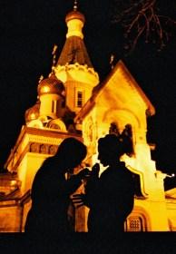 Yuri Martins Fontes / Bulgária - 2007 / Sófia: Garotas fumam diante de igreja ortodoxa.