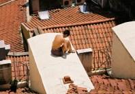 Yuri Martins Fontes / Portugal-2006 / Lisboa: Bronzeado e leitura no telhado / Histórico bairro de Alfama