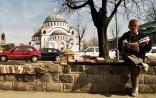 Yuri Martins Fontes / Sérvia - 2007 / Belgrado: Livreiro com catedral ortodoxa ao fundo
