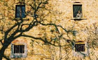 Yuri Martins Fontes / Itália-2006 / Arezzo: Casarão da Toscana com moça à janela