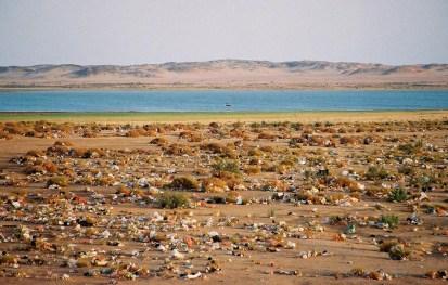 Yuri Martins Fontes / Sudão-2007 / Wadi-Halfa: Poluição do deserto / Lago no Saara com barco