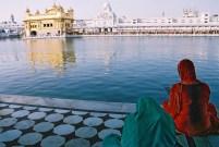 Yuri Martins Fontes / Índia-2007 / Amritsar: Devotas siques diante do lago do Templo de Ouro/ Fronteira com Paquistão