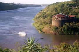 Yuri Martins Fontes / Argentina-2004 / Puerto Iguazú: Tríplice Fronteira / Vista de Foz do Iguaçu (dir) e Ciud. del Este (esq)