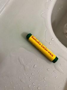 浴槽のふちにクレヨンを置いて溶けてしまっている様子
