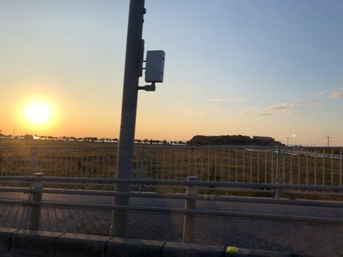 車から見た沖縄の夕日