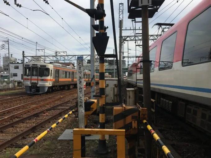 桑名の3つの線路幅の集まる踏切近鉄とJR