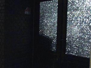 すりガラスの扉