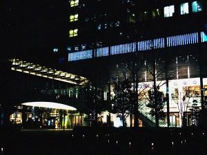 浜松町の青い光のビル