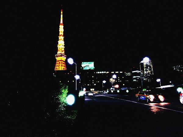 東京タワーと車
