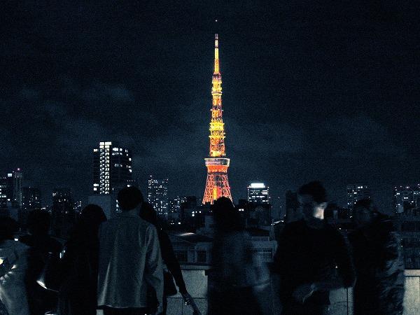東京タワーと群がる人