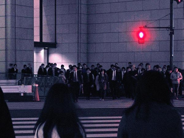 赤信号とフライングする人