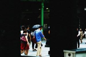 横断歩道を渡る人