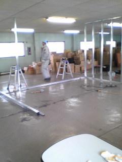 広い倉庫を3つのお部屋に分けていきます